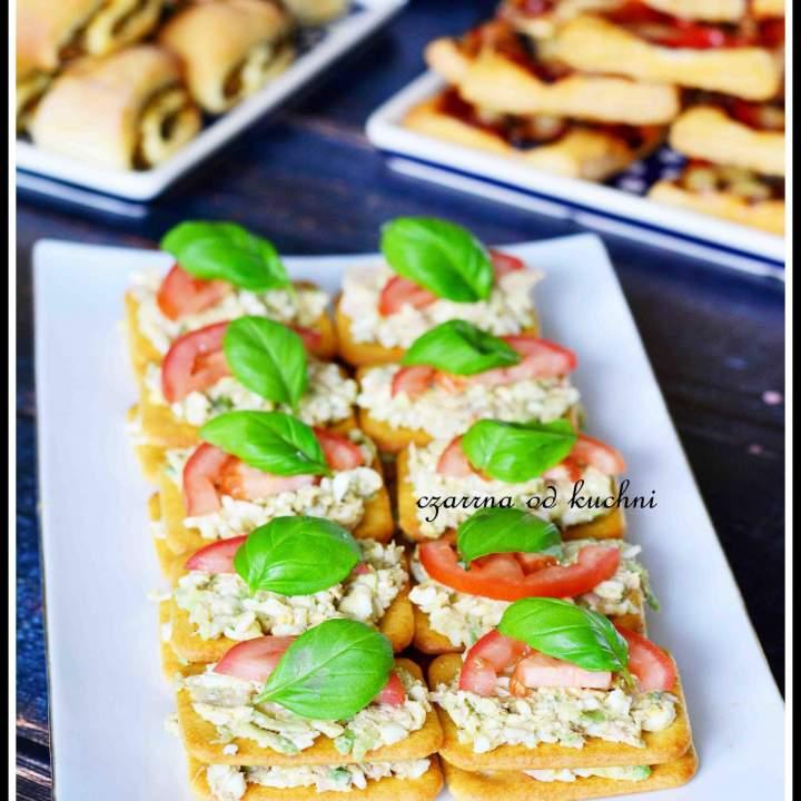 Krakersy z pastą z tuńczyka