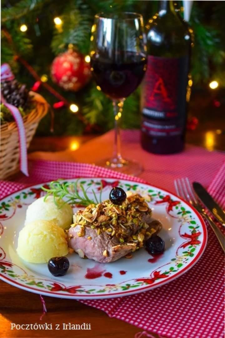 Polędwiczki w orzechowej panierce z wiśniami amarena i purée z kalafiora
