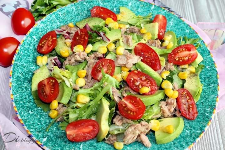 Sałatka z awokado, tuńczyka, kukurydzy i pomidorków