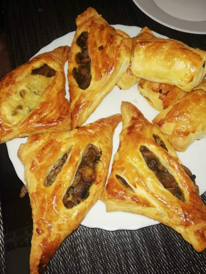 Ciasto francuskie z pieczarkami i cebulką