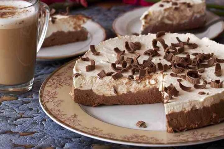 Sernik na zimno czekoladowo – śmietankowy.