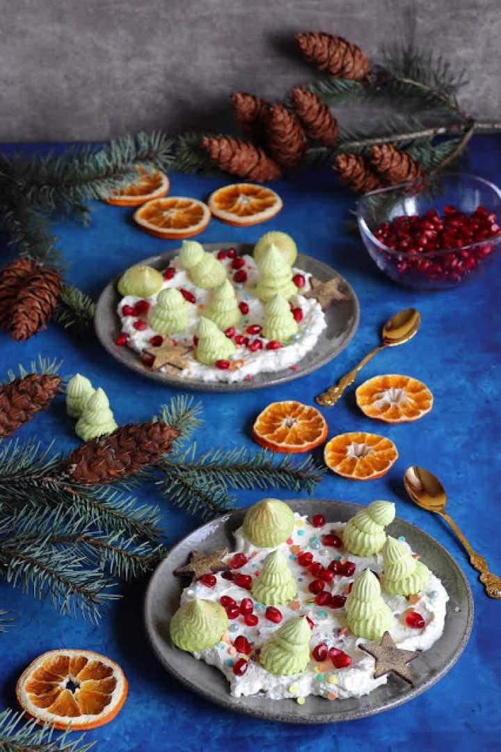 Świąteczny deser z bezami, śmietaną i granatem