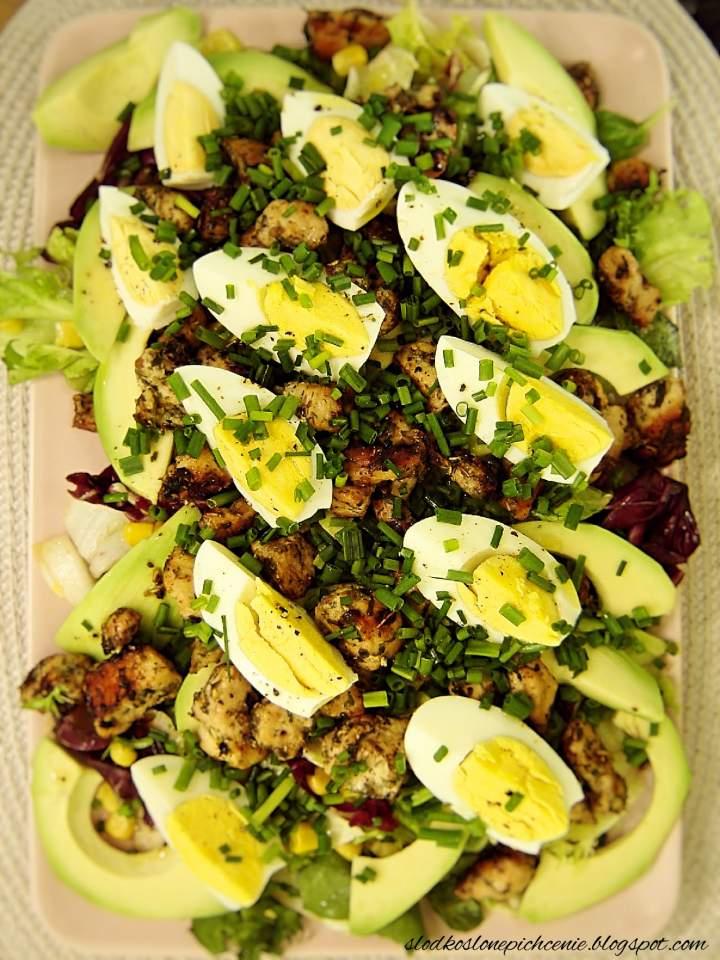 Sałatka z kurczakiem, jajkiem i awokado