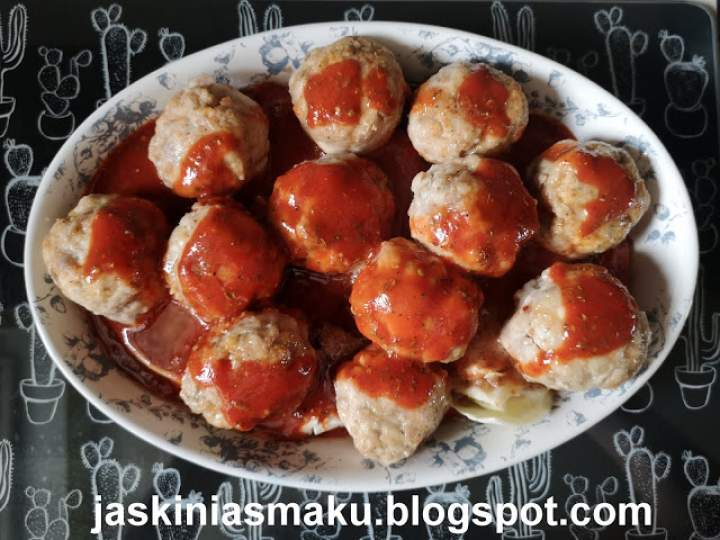 Zapiekane pulpety wieprzowe w sosie pomidorowym na kapuście