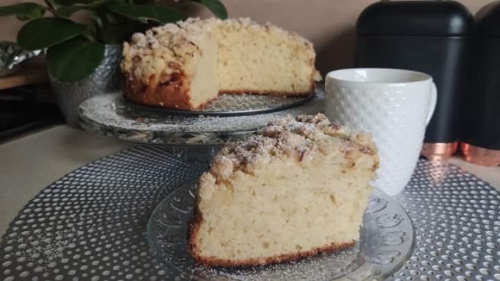 Błyskawiczne ciasto widelcem mieszane z jabłkami i kruszonką