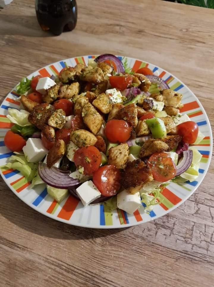 Sałatka z kurczakiem i serem feta