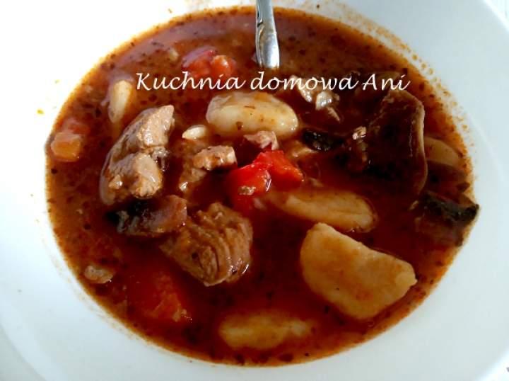 Zupa gulaszowa z szynką i kluseczkami
