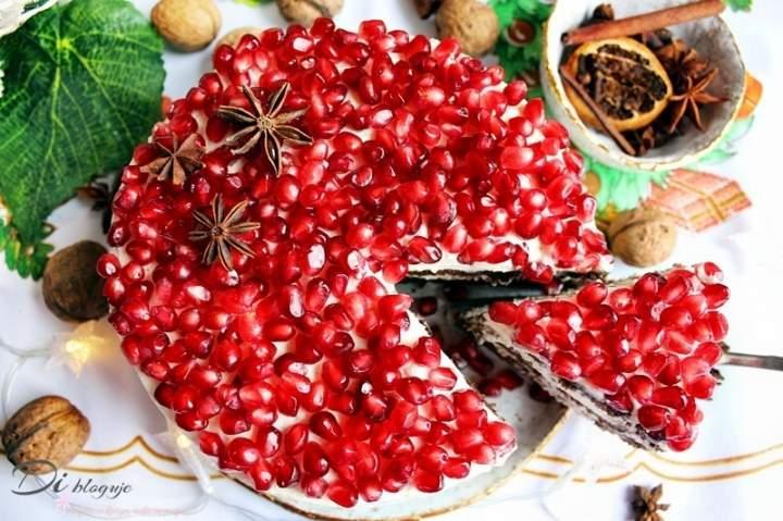 Tort piernikowy z granatem, powidłami śliwkowymi i kremem mascarpone