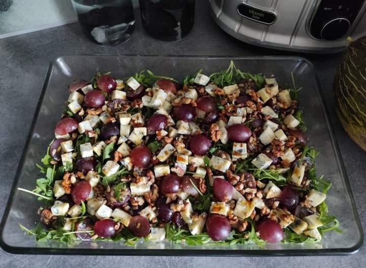 Sałatka z serem pleśniowym i winogronem