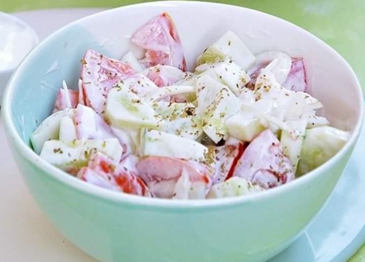 Lekka sałatka z pomidora i ogórka z jogurtem greckim