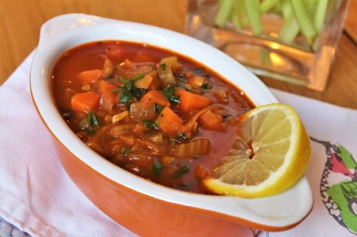 Prosta zupa z zieloną soczewicą i sokiem z cytryny