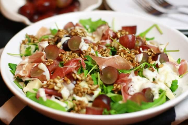 Sałatka z szynką szwarcwaldzką i serem pleśniowym – przepis