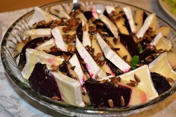 Sałatka z buraczków, gruszki i sera pleśniowego