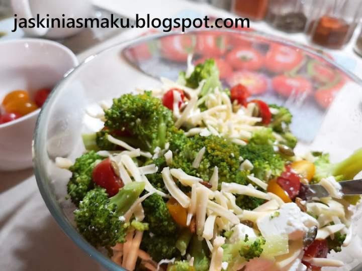 Sałatka z brokułem, fetą, pomidorkami i serem żółtym