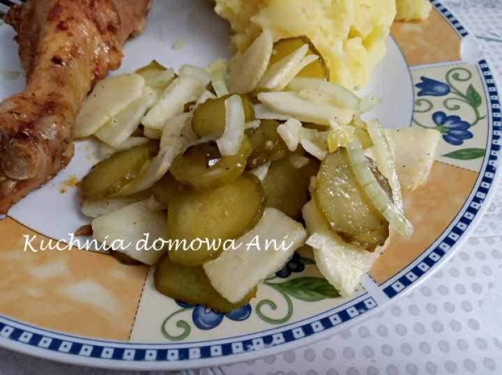 Surówka z kiszonych ogórków i jabłka