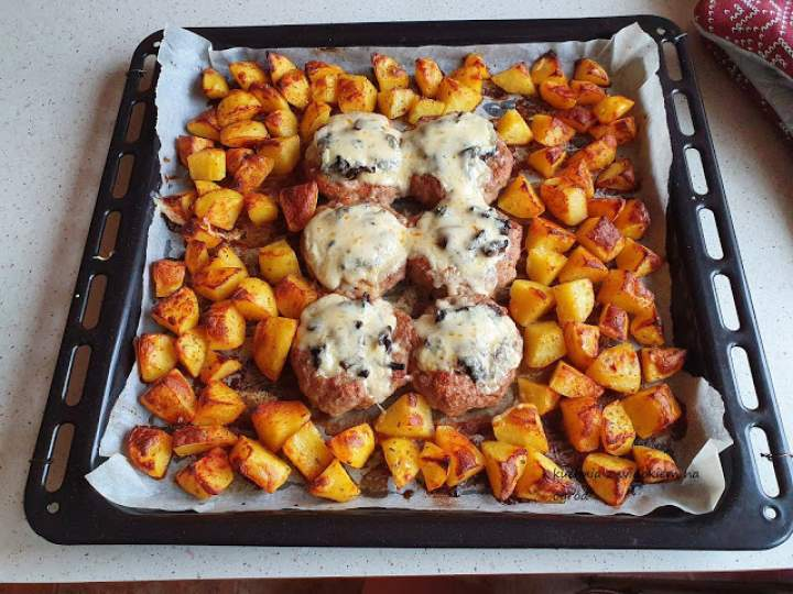 Gniazda z mięsa mielonego z pieczarkami i serem