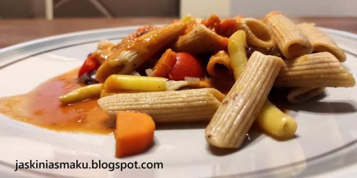 """Pełnoziarnisty makaron z warzywami i ostrym sosem """"ajvarowym"""""""