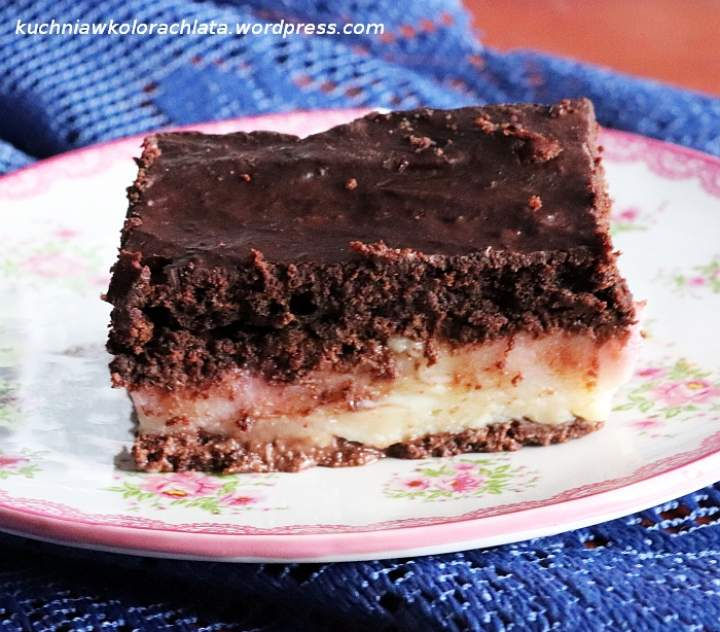 Ciasto czekoladowo-bananowe z budyniem i malinami