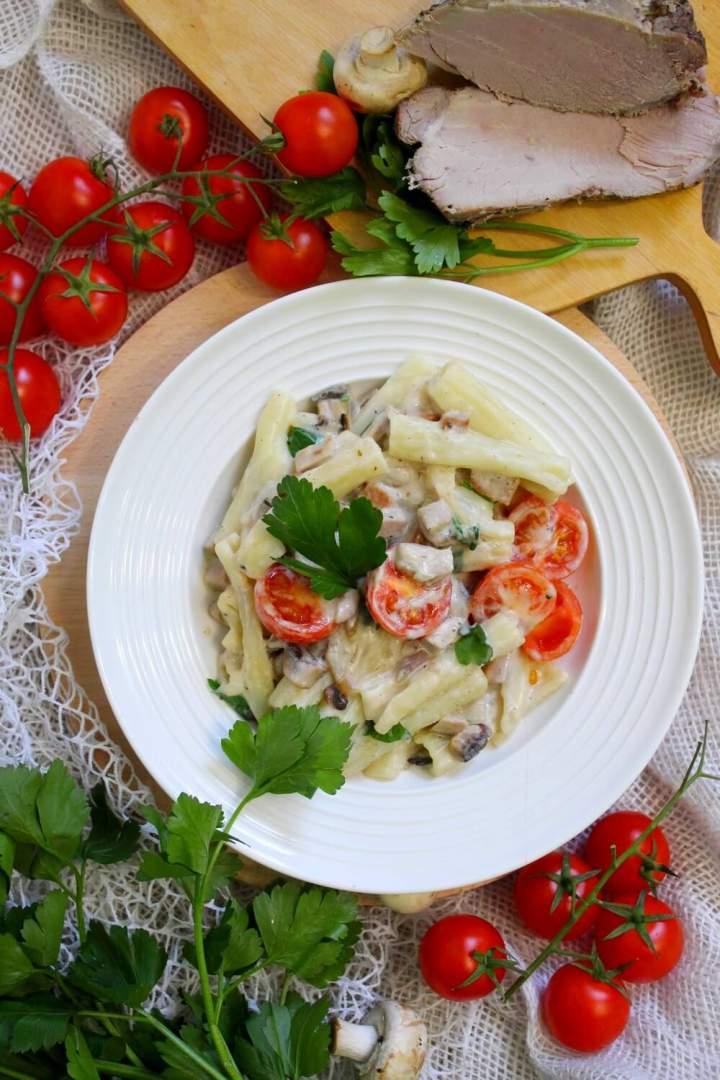 Makaron z szynką, pieczarkami i pomidorkami w sosie śmietanowym