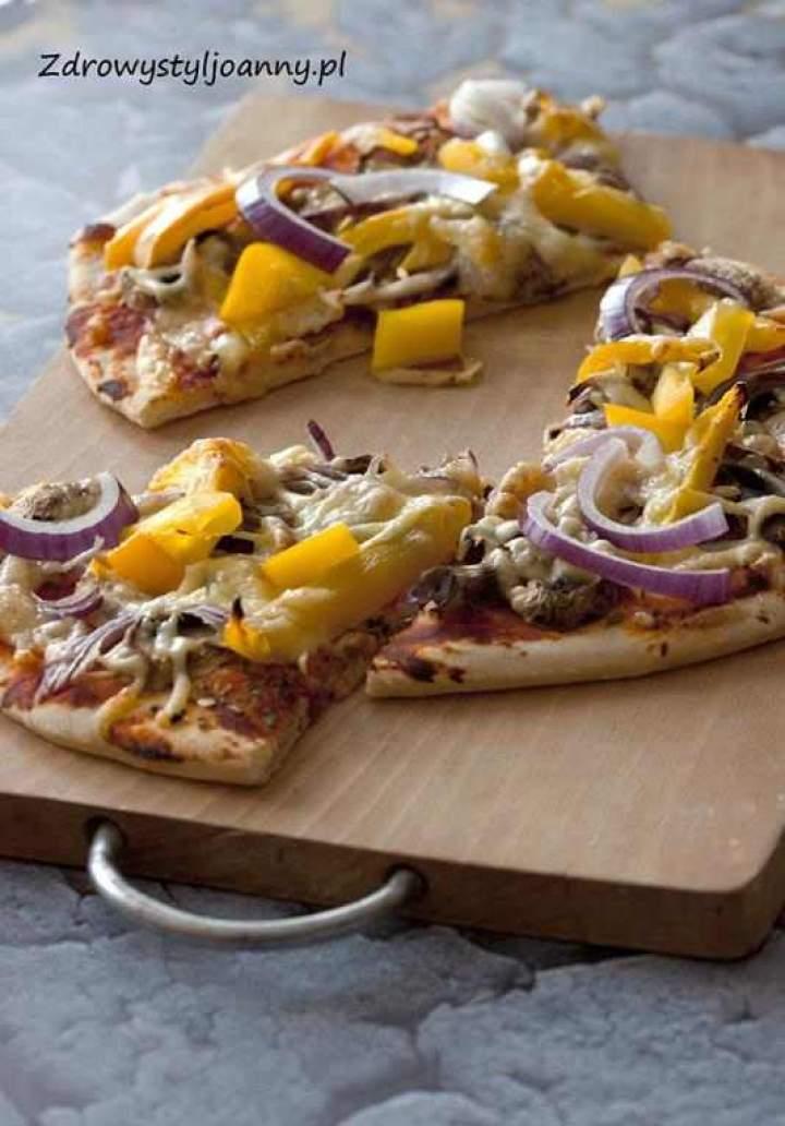 Wegetariańska pizza z warzywami.
