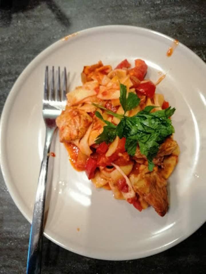 Zapiekanka makaronowa z indykiem i pomidorami