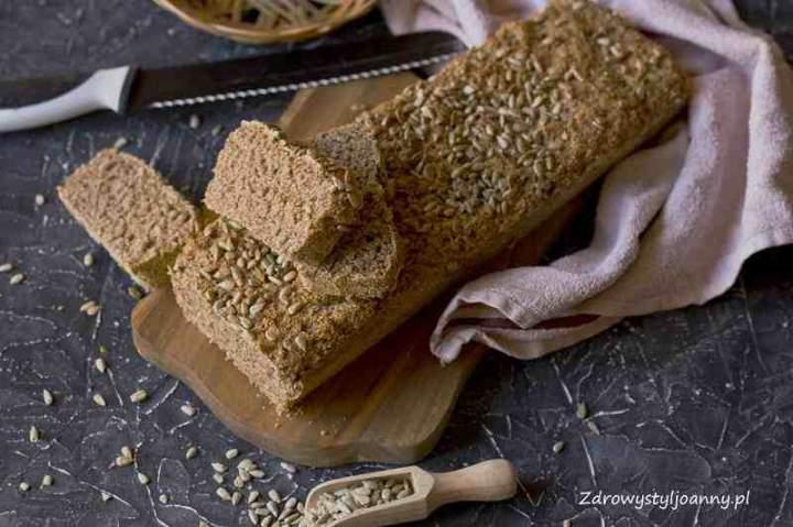 Chleb pszenno razowy ze słonecznikiem.