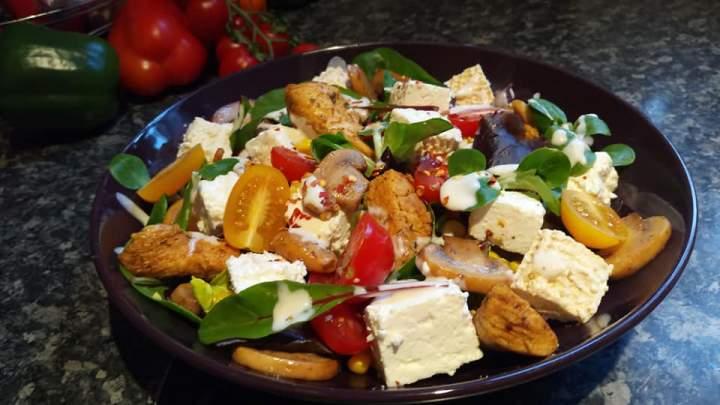 Sałatka z serem solankowym