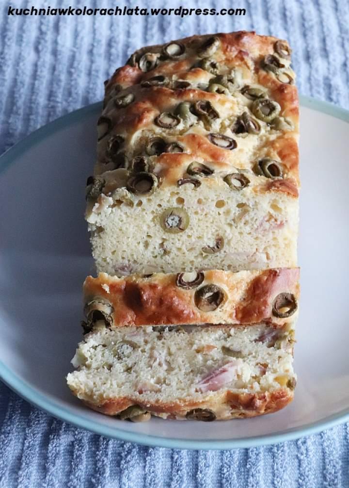 Wytrawne ciasto z szynką, serem i oliwkami