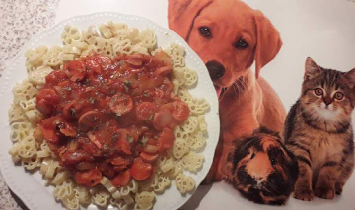 """Makaron """"Psi Patrol"""" w sosie pomidorowym z parówkami"""