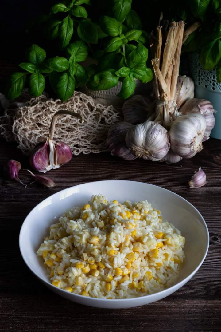 Sałatka ryżowa z kukurydzą i ananasem