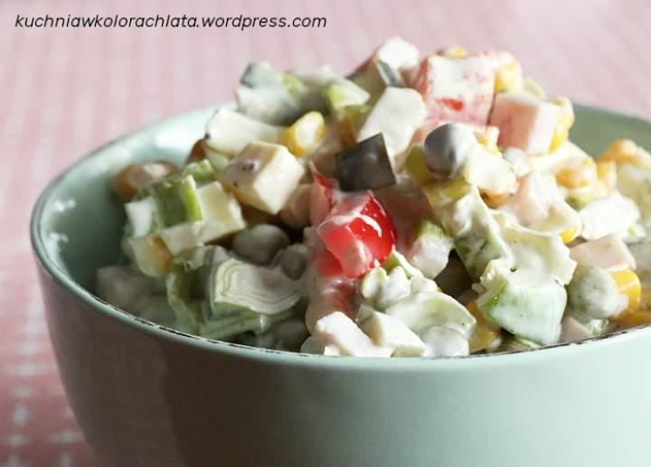 Sałatka z szynką, serem i warzywami