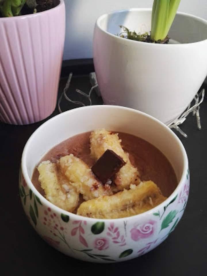 Czekoladowy budyń jaglany i gorące banany