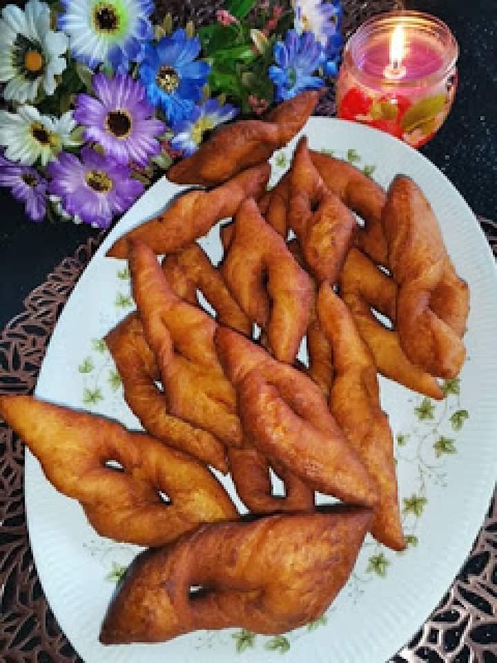 Faworki drożdżowe z dodatkiem ziemniaków gotowanych.