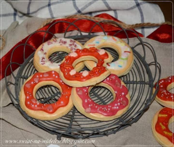 Kruche lukrowane ciasteczka donuty