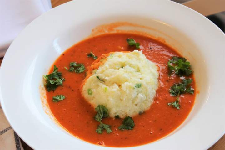 Pomidorowa z białą fasolą i czosnkiem.