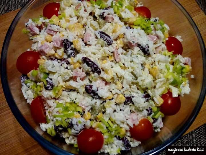 Sałatka ryżowa z szynką, ogórkiem i czerwoną fasolą