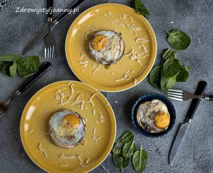 Jajka sadzone w pieczarkach portobello.