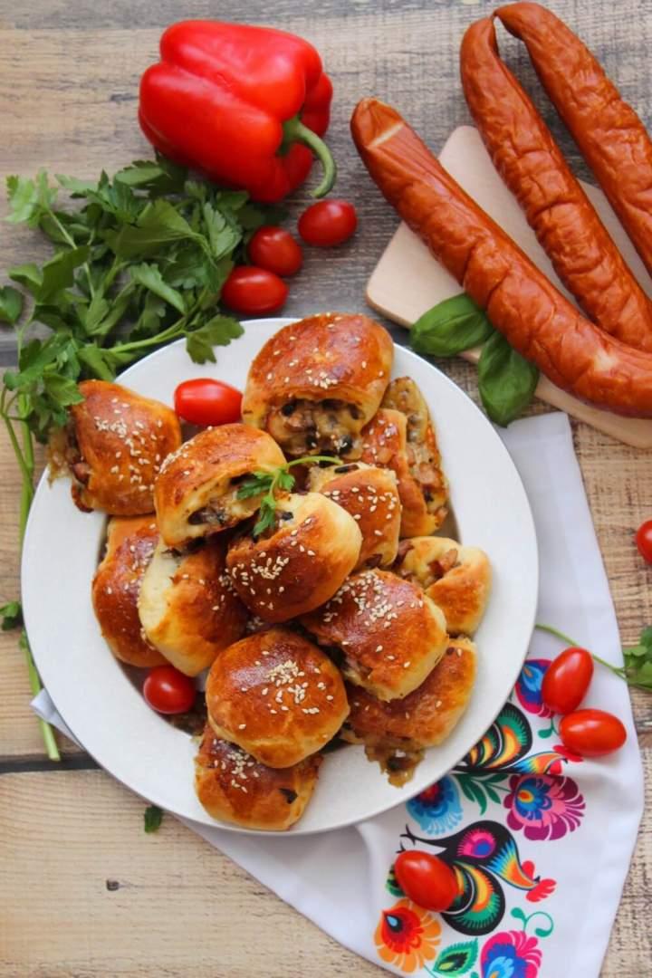 Drożdżowe paszteciki z drobiową kiełbasą, pieczarkami i serem