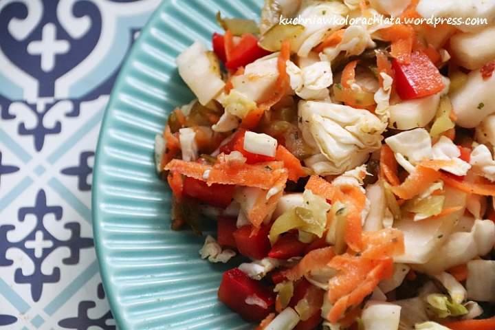 Prosta surówka z kapusty pekińskiej z warzywami
