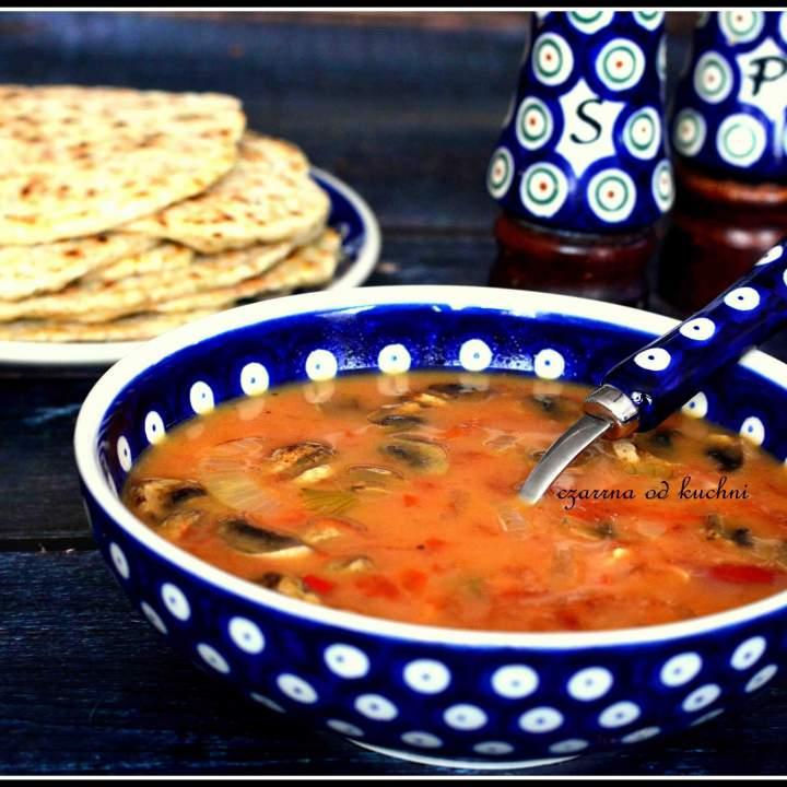 Zupa z ciecierzycą z chlebkami naan