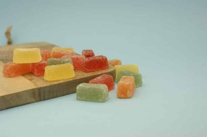 Galaretki z owoców leśnych obtoczone w cukrze