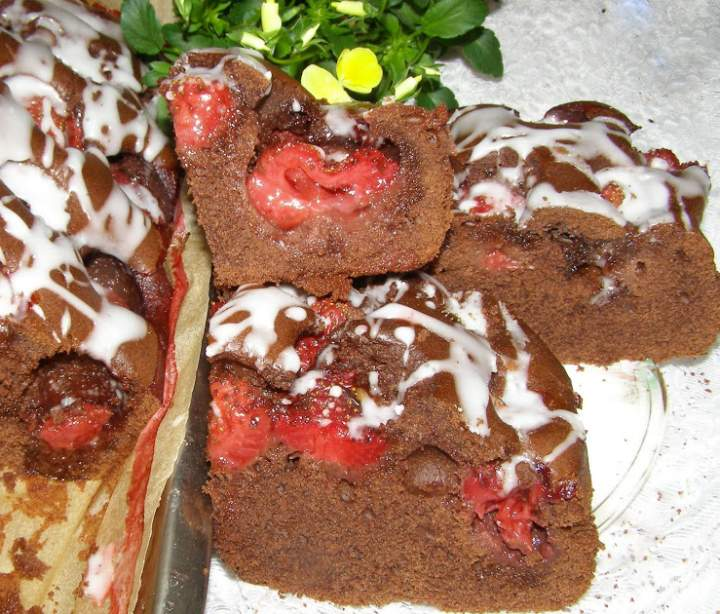 łatwe, szybkie ciasto kakaowe z truskawkami…