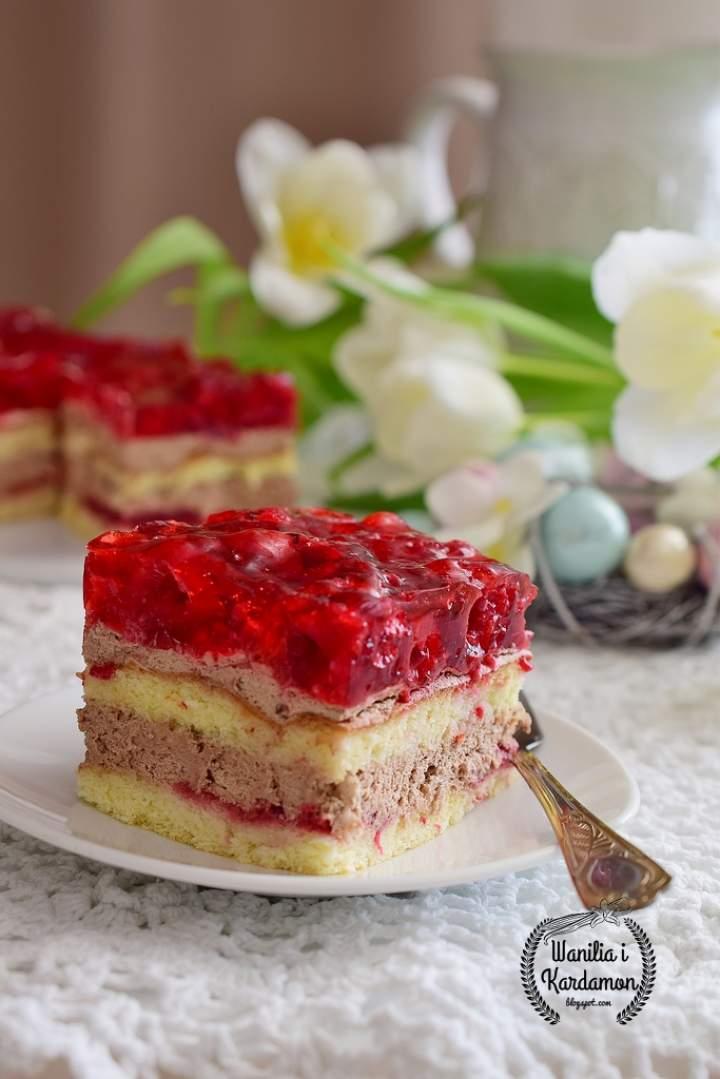 Ciasto tortowe z kremem czekoladowym,  galaretką i malinami