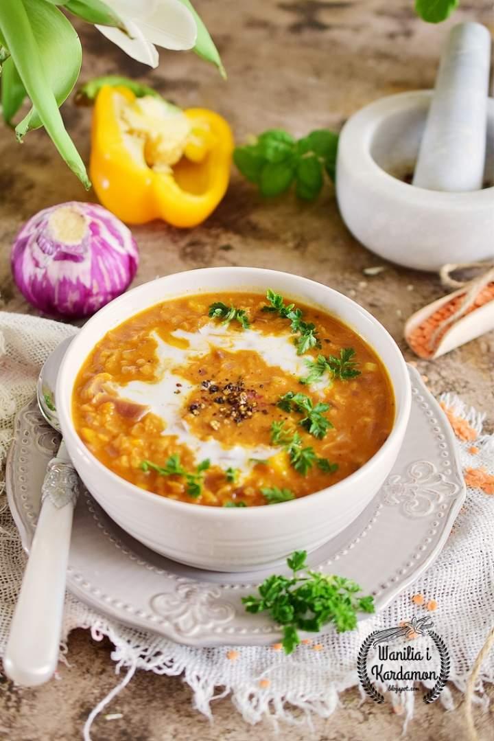 Dhal-indyjska zupa z czerwonej soczewicy z mleczkiem kokosowym