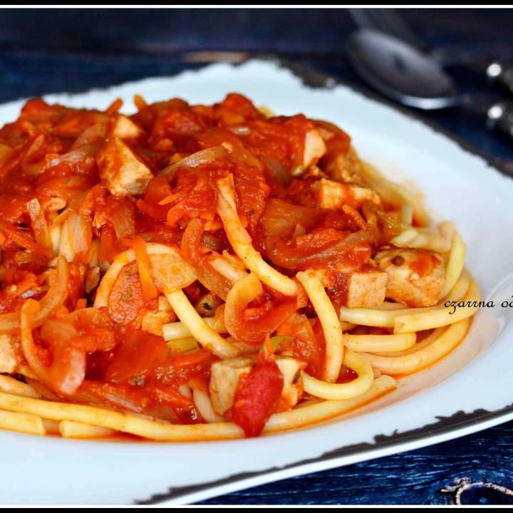 Spaghetti z rybą w pomidorach