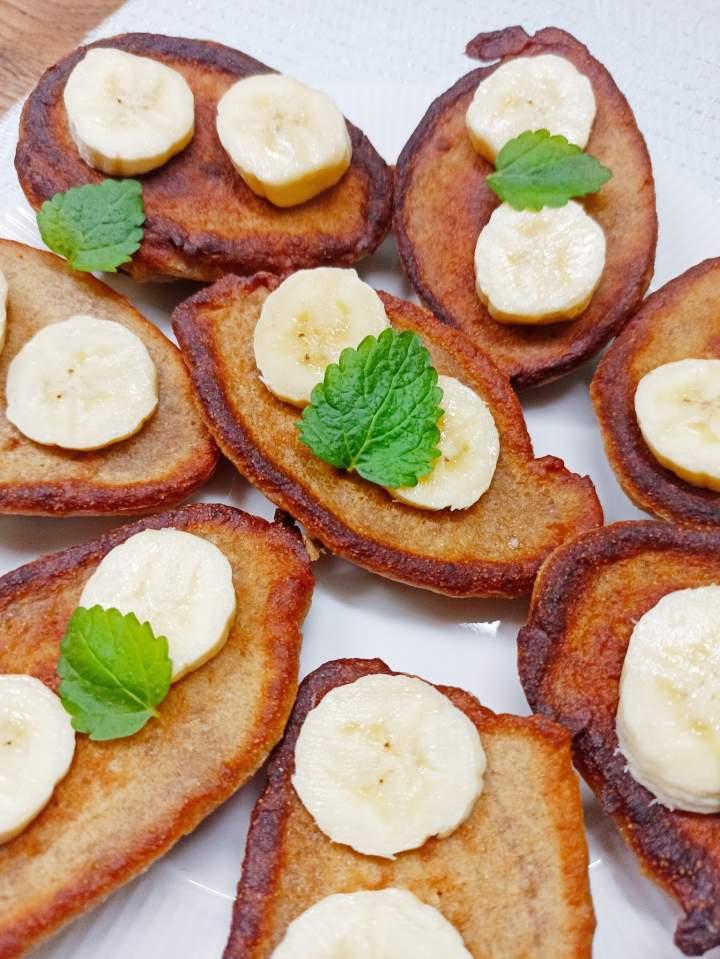 Placki bananowe z masłem orzechowym