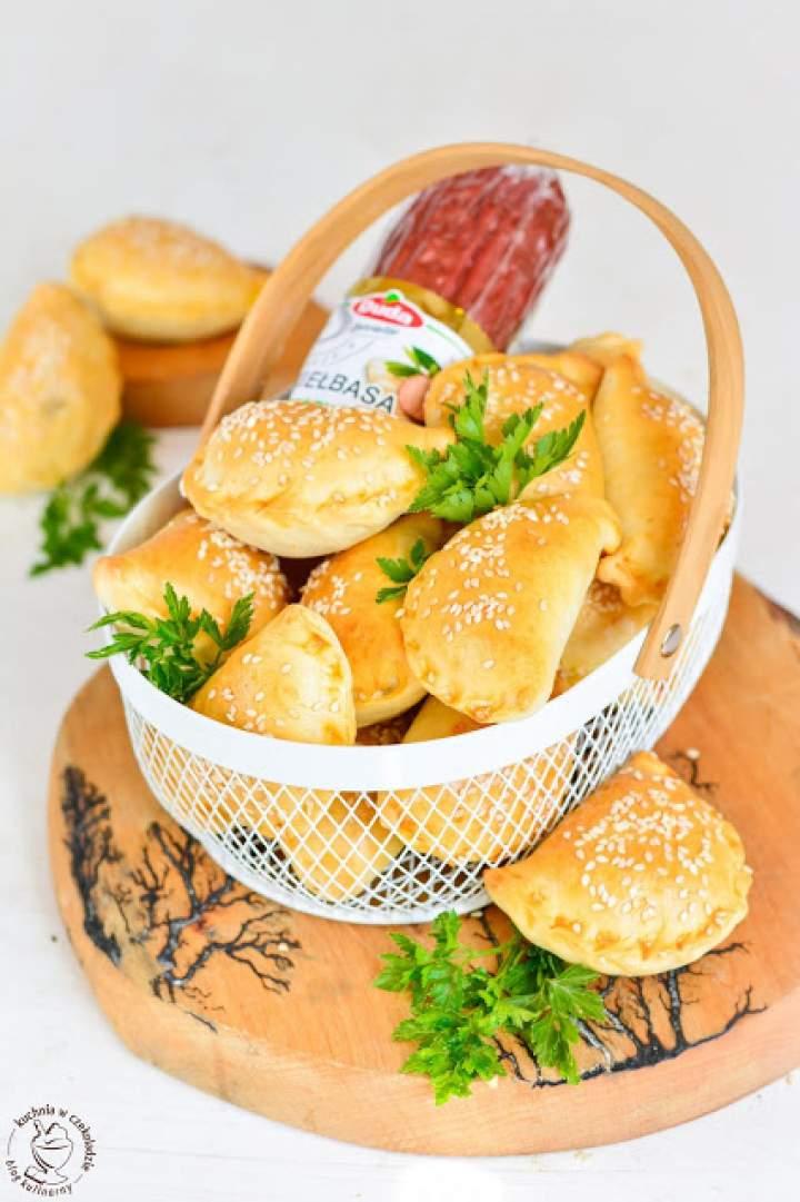 Pieczone pierożki z sosem chrzanowym