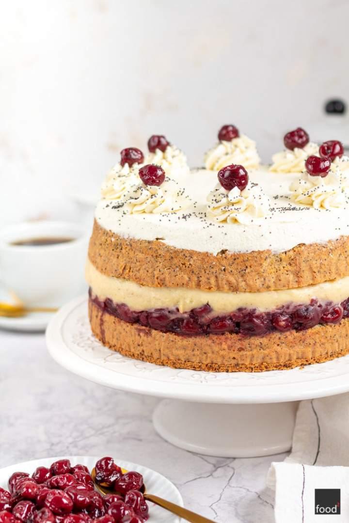 Tort makowy z wiśniami i kremem waniliowym