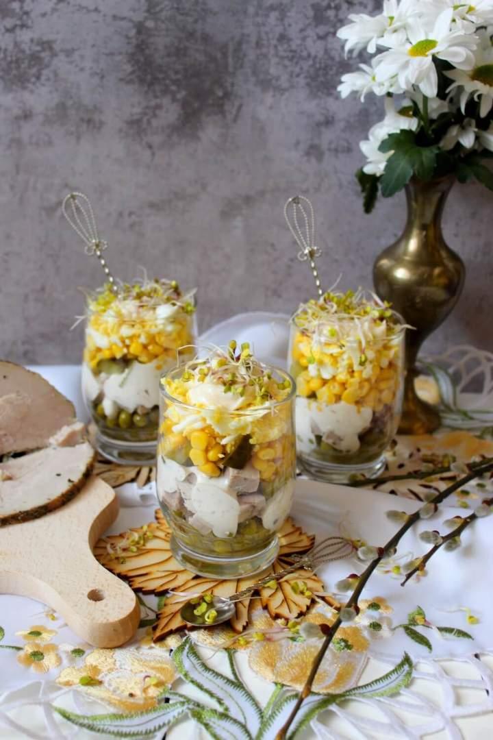 Wielkanocna sałatka warstwowa z szynką i sosem chrzanowym