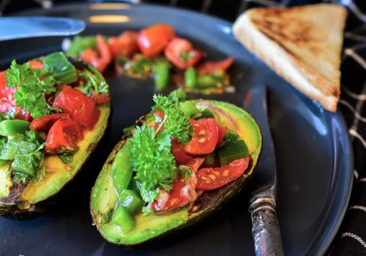 Fit sałatki z diety – Świeża sałata z warzywami i awokado